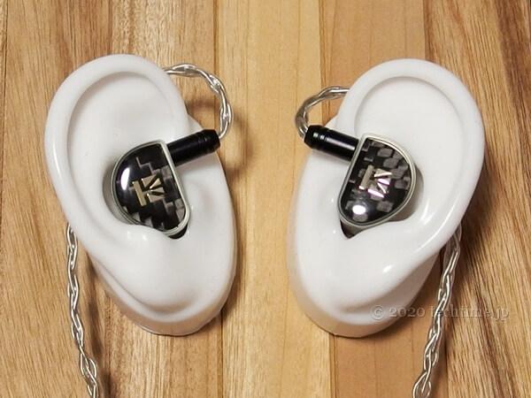 KB EAR Diamondを耳モデル(白)の両耳にはめた画像