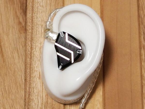 CCA C10 Proを耳モデルに装着した状態の画像(側面側)
